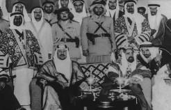 صورة تاريخية تجمع الملك سعود بالشيخ سلمان آل خليفة خلال زيارته للبحرين