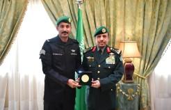 رئيس الحرس الملكي يكرم الرقيب عباس بن مشعل الزهراني