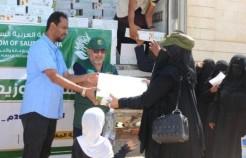 مركز الملك سلمان للإغاثة يدشن توزيع 25,000 كرتون من التمور في المهرة